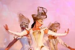 Etappkapaciteten av den exklusiva restaurangen dansarna för sommarslotten dansar showen av helhetgruppstilen Royaltyfri Foto