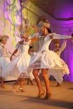 Etappkapaciteten av den exklusiva restaurangen dansarna för sommarslotten dansar showen av helhetgruppstilen Royaltyfri Fotografi