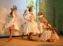 Etappkapaciteten av den exklusiva restaurangen dansarna för sommarslotten dansar showen av helhetgruppstilen Royaltyfria Foton