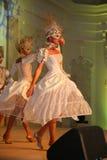 Etappkapaciteten av den exklusiva restaurangen dansarna för sommarslotten dansar showen av helhetgruppstilen Arkivbilder