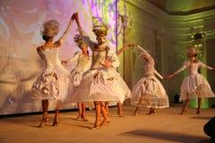 Etappkapaciteten av den exklusiva restaurangen dansarna för sommarslotten dansar showen av helhetgruppstilen Fotografering för Bildbyråer
