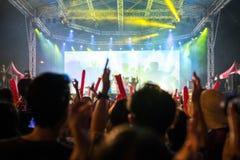 Etappkonsertljus Folket håller ögonen på konserten royaltyfri foto