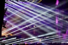Etappljus på en levande EDM-konsert Royaltyfria Bilder