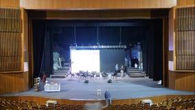 Etapputrustning för en konsert Förbereda platsen för konserten Solida grabbuppsättningar - upp utrustning Timelapse lager videofilmer