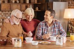 Eten de de bejaarde lettende op echtgenoot en zoon havermeel royalty-vrije stock foto's