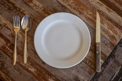 Etend materiaal dat op de eettafel wordt geschikt stock afbeeldingen