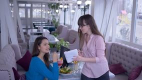 Etend plan, schrijven het voedingsdeskundigemeisje met notitieboekje en de pen ter beschikking gezonde voeding samen met meisje t stock videobeelden