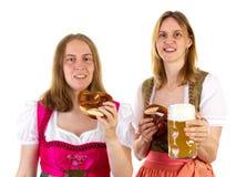 Etend pretzel en drinkend bier bij het meest oktoberfest Royalty-vrije Stock Afbeelding