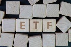 ETF, conceito trocado troca do fundo, bloco de madeira do cubo com o alfabeto que constrói a palavra ETF no centro no quadro-negr fotos de stock royalty free