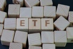 ETF, conceito trocado troca do fundo, bloco de madeira do cubo com o alfabeto que constr?i a palavra ETF no centro no quadro-negr imagens de stock royalty free