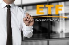 ETF es escrito por concepto del fondo del hombre de negocios Imagen de archivo