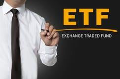 ETF är skriftlig vid affärsmanbakgrund Royaltyfri Bild