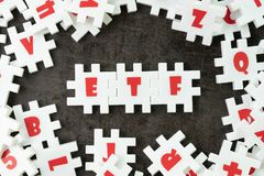 ETF, troca trocou o conceito do fundo, serra de vaivém branca do enigma com alph fotografia de stock