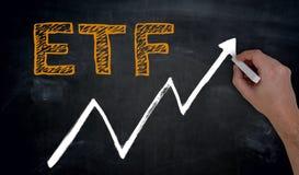 ETF und Diagramm wird eigenhändig auf Tafel geschrieben stockfotos