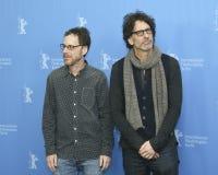 ¡Ethan y Joel Coen asisten al saludo del `, César! ` Fotografía de archivo