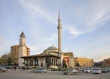 Ethem bejmoské och klockatorn i Tirana albacoren royaltyfri fotografi