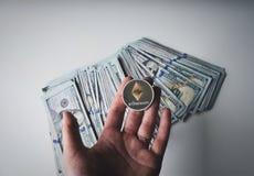 Ethereum auf Stapel von US-Dollar Rechnungen Stockfotografie