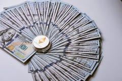 Ethereum auf Stapel von US-Dollar Rechnungen Lizenzfreie Stockfotografie