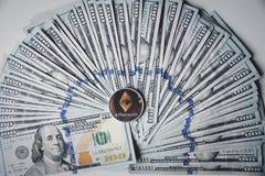 Ethereum auf Stapel von US-Dollar Rechnungen Lizenzfreies Stockfoto