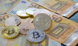 Ethereum, Bitcoin BTC monety na rachunkach euro banknoty Worldwid fotografia stock