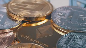 Ethereum com Cryptocurrency diferente Bitcoin, Litecoin, as moedas do traço, e as contas de dólares americanos estão girando video estoque