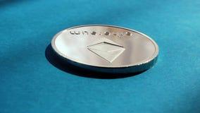 Ethereum cripto da moeda no fundo azul vídeos de arquivo