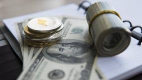 Ethereum crypto valuta överst av 100 dollarbiils på notepaden Vinst från att bryta crypto valutor Gruvarbetare med dollar Arkivbilder