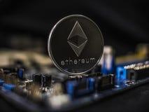 Ethereum de la moneda en el fondo de un microcircuito Primer Crypto del etherium de la moneda mining crypto Foto ascendente cerca fotos de archivo libres de regalías