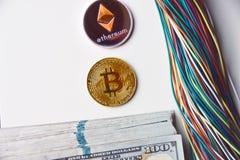 Ethereum e cavi e noi 100 banconote in dollari Fotografia Stock