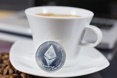 Ethereum en koffie royalty-vrije stock afbeeldingen