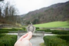 Ethereum försilvrar myntet, parkerar handhållethereumen i och naturlig bakgrund arkivbild