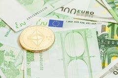 Ethereum-Münze auf Eurogeld Stockfotos