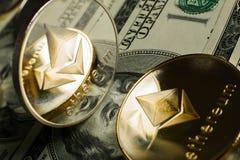 Ethereum-Münze mit anderem cryptocurrency auf Dollaranmerkungen stockfotos