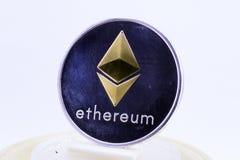 Ethereum-Münze silberne und goldene Ethereum-Münze lokalisiert auf Weiß Stockfotografie