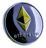 Ethereum-Münze silberne und goldene Ethereum-Münze lokalisiert auf Weiß Stockbild