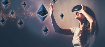 Ethereum med kvinnan som använder en virtuell verklighethörlurar med mikrofon royaltyfri fotografi