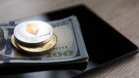 Ethereum moneta na na pastylce z złotymi monetami i my dolary Bitcoin crypto currebcy na USA dolarach cyfrowy obrazy stock