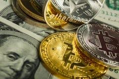 Ethereum moneta z innym cryptocurrency na dolarowych notatkach obraz royalty free