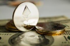 Ethereum moneta z innym cryptocurrency na dolarowych notatkach obrazy stock