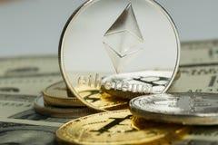 Ethereum moneta z innym cryptocurrency na dolarowych notatkach zdjęcia royalty free