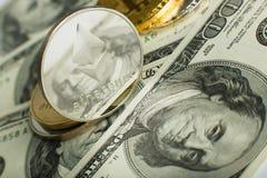 Ethereum moneta z innym cryptocurrency na dolarowych notatkach zdjęcie royalty free
