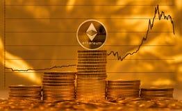 Ethereum mynt mot bakgrund av prisgrafen Royaltyfri Foto