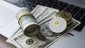Ethereum och Bitcoin cryptocurrency överst av 100 dollarbiils på en bärbar dator Vinst från att bryta crypto valutor gruvarbetare Royaltyfri Foto