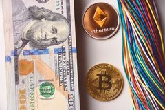 Ethereum och bitcoin, trådar och oss 100 dollarräkningar Royaltyfri Foto