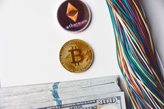 Ethereum och trådar och oss 100 dollarräkningar Arkivfoto