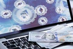 Ethereum symbol na laptopu ekranie z pieniądze Zdjęcia Royalty Free