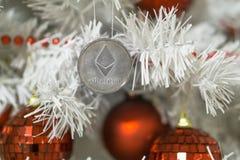 Ethereum und Weihnachten, ethereum Silber des neuen Jahres Cryptocurrency Ethereum auf einem Weihnachtsbaum lizenzfreie stockfotos