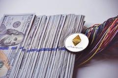 Ethereum y alambres y nosotros 100 billetes de dólar Fotos de archivo libres de regalías