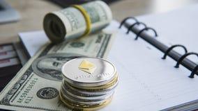 Ethereumcrypto munt bovenop dollar 100 biils op blocnote Winst van mijnbouwcrypto munten Mijnwerker met dollars Stock Afbeeldingen