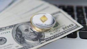 Ethereumcryptocurrency bovenop dollar 100 biils op laptop Winst van mijnbouwcrypto munten Mijnwerker met dollars Stock Foto